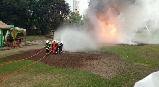 Dirut PG (seragam orange) bersama jajaran Diresksi saat demokan pemadaman api.