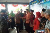 Kepala BPN Gresik Asep Heri saat melakukan penyerahan 800 sertipikat secara simbolis kepada warga Desa Melirang.