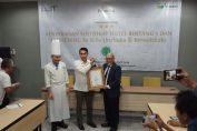General Manager Pesonna Hotel Gresik Joko S. Widiyanto saat menerima sertifikasi Bintang 3 dari PT. Megah Tritunggal Mulia.