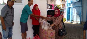 Wakil Ketua DPRD Gresi Nu Saidah, saat memberikan bantuan korban banjir di Desa Morowudi, Kecamatan Cerme
