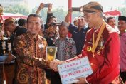 Kepala Dinas EDSM Jateng, Sujarwanto Dwiatmoko menyerahkan penghargaan Good Mining Practice 2019 kepada General Manager Pabrik Cilacap PT Solusi Bangun Indonesia Tbk, Edi Sarwono (15/8). Pabrik Cilacap meraih penghargaan terbaik 2 kategori pertambangan skala besar dari Dinas ESDM Jawa Tengah.