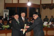 Penyerahan palu kehormatan kepada Ketua dan Wakil ketua sementara DPRD Gresik