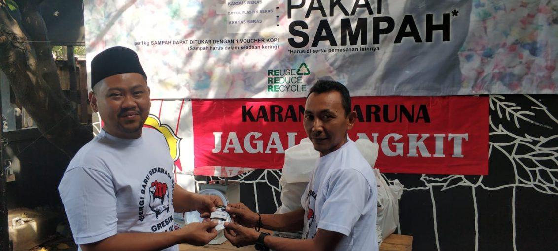 Anggota DPRD Gresik Yani Fandi Putra (berkopiah) bersama Nungki (pemilik warkop Ngopi Bayar Sampah)