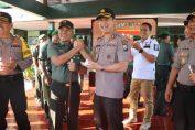 Kapolres Gresik AKBP Kusworo Wibowo saat memberikan selamat HUT TNI ke 74 kepada Dandim 0817 Gresik Letkol Budi Handoko