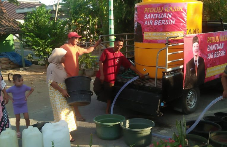 Penyaluran bantuan air bersih di Desa Karangcangkring Dukun Gresik