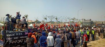 Massa aksi Forkot saat melakukan demonstrasi di depan kawasan JIIPE