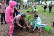 Kapolres Gresik bersama Dirut PT Smelting melakukan tanam pohon di Aspol Randu agung Kebomas Gresik