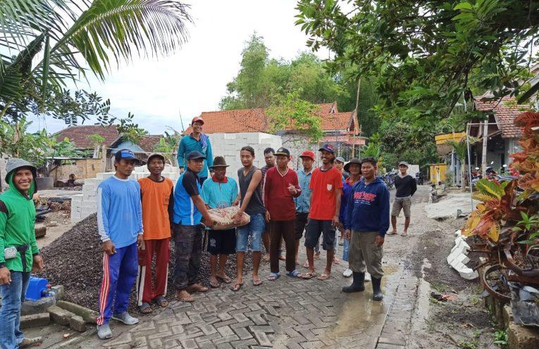 Kepala Desa Baron Dukun Nurul Yatim saat menerima bantuan dari material bangunan.