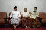 Cabub Gresik M. Qosim saat menjenguk teman lamanya di Desa Padang Bandung Dukun