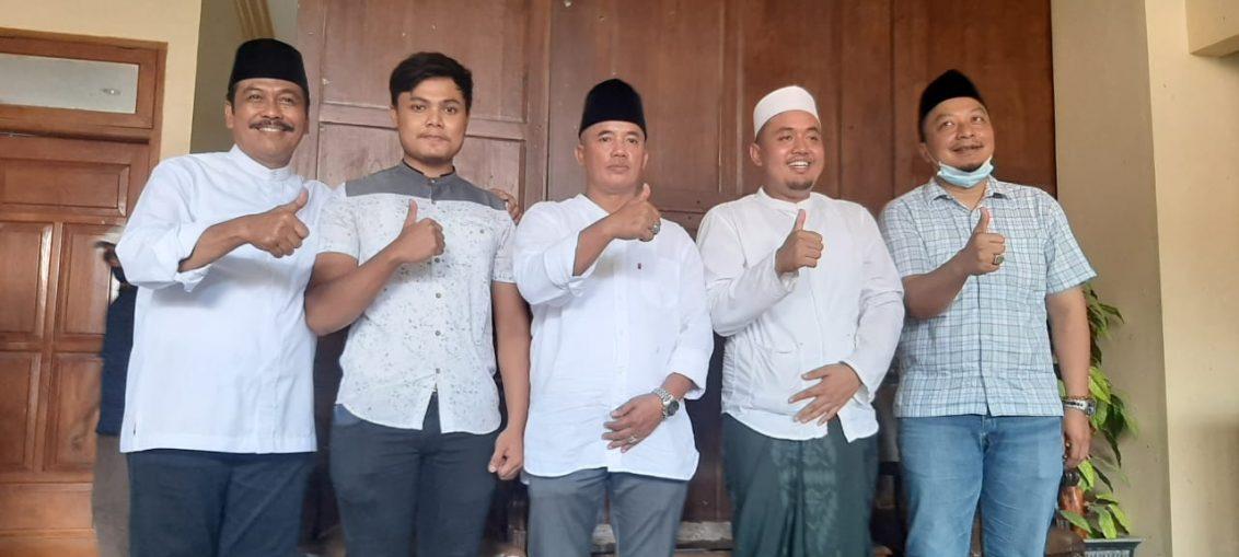 Paslon Qosim Alif saat bersama pengusaha Wringinanom H. Matasan (tengah) di kediamannya