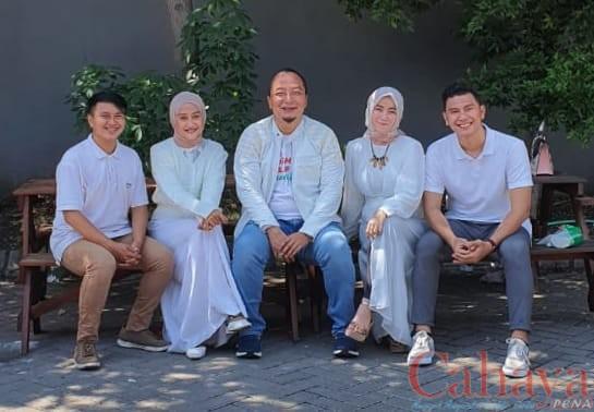 Dr Alif saat berdialog dengan beberapa milenial di Posko Pemenangan QA GKB