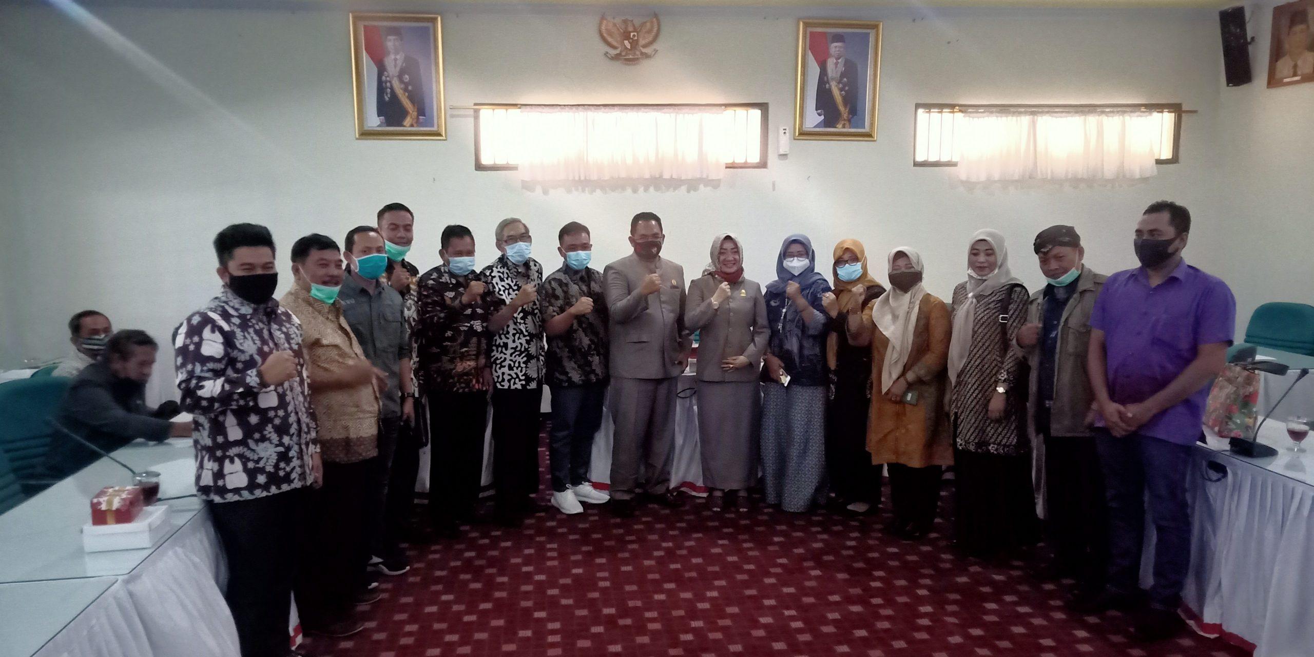 Foto bersama DPRD Gresik dan Sragen usai pemaparan dan diskusi.