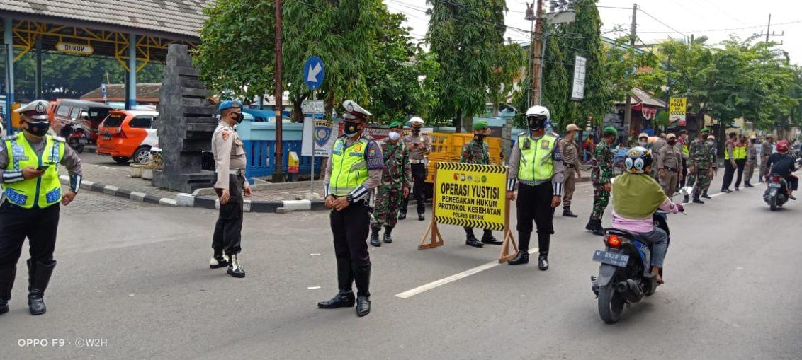 Petugas Gabungan dari Polres, Kodim dan Pol PP Gresik saat lakukan Ops Yustisi Disiplin Prokes di Jalan Gubernur Suryo Gresik.