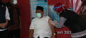 Ketua DPRD Gresik Moh Abdul Qodir saat menerima Vaksinasi Covid-19 pertama kali di RSUD Ibnu Sina Gresik