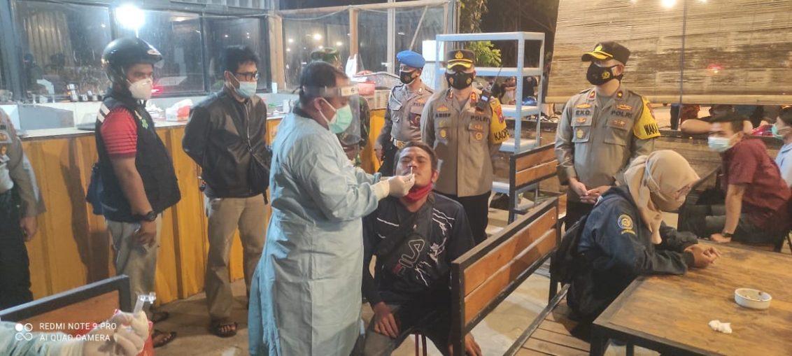 Petugas gabungan Polres Gresik saat melakukan operasi yustisi penegakan Prokes terapkanTesting, Tracing dan Treatment