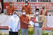 Ketua KPU Gresik Ahmad Roni saat menyerahkan hasil keputusan MK kepada Bupati terpilih Fandi Ahmad Yani dan Aminatun Habibah