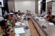 Hearing pemanggilan Kades Kembangan terkait anggaran operasional RT RW di ruang Komisi 1 DPRD Gresik.