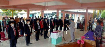 Ketua DPC Abpednas Gresik HR Hendry saat memimpin pengucapan ikrar pelantikan PAC Abpednas Dukun, di Pendopo Kecamatan Dukun.