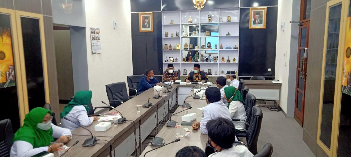 Ketua dan Komisi IV DPRD Gresik saat menerima perwakilan Guru honorer di ruang rapat Ketua DPRD Gresik