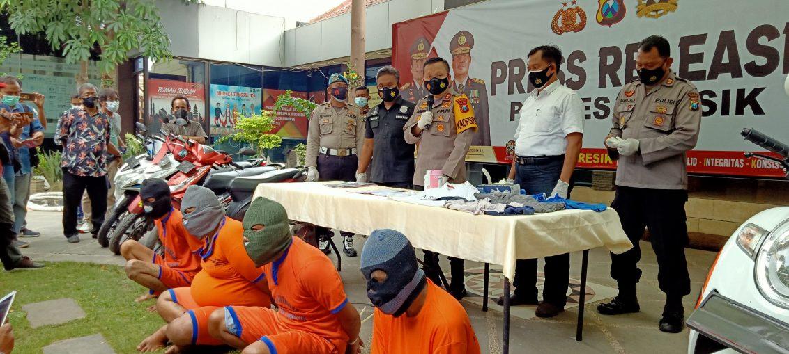 Kapolres Gresik AKBP Arief Fitrianto saat melakukan Konferensi Pers Curanmor di halaman Polres Gresik.