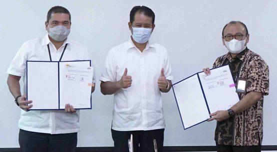 Direktur Enjiniring dan Proyek SIG, Tri Abdisatrijo (kanan), Direktur Utama Pelindo I, Dani Rusli Utama (tengah), dan Direktur Operasional & Komersial Pelindo I, Ridwan Sani Siregar (kiri), usai penandatanganan MoU kerjasama