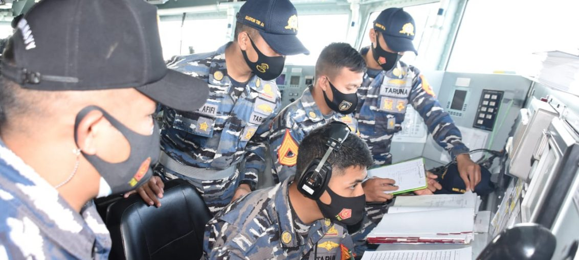 Taruna Akademi Angkatan Laut (AAL) tingkat IV Angkatan ke-66 saat mengikuti Latihan Bersama Multilateral Exercise AMAN 21 di KRI Bung Tomo-357.