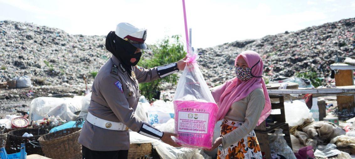 Bhayangkari Cabang Gresik saat membagikan paket sembako dan paket alat kebersihan kepada pekerja kebersihan di lingkungan TPA Kebomas
