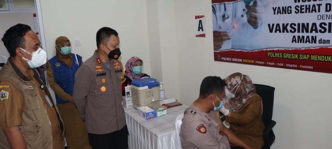 Kapolres bersama Kadinkes Gresik saat memantau pelaksanaan vaksinasi covid 19 serentak di jajaran Kepolisian Resort Gresik.