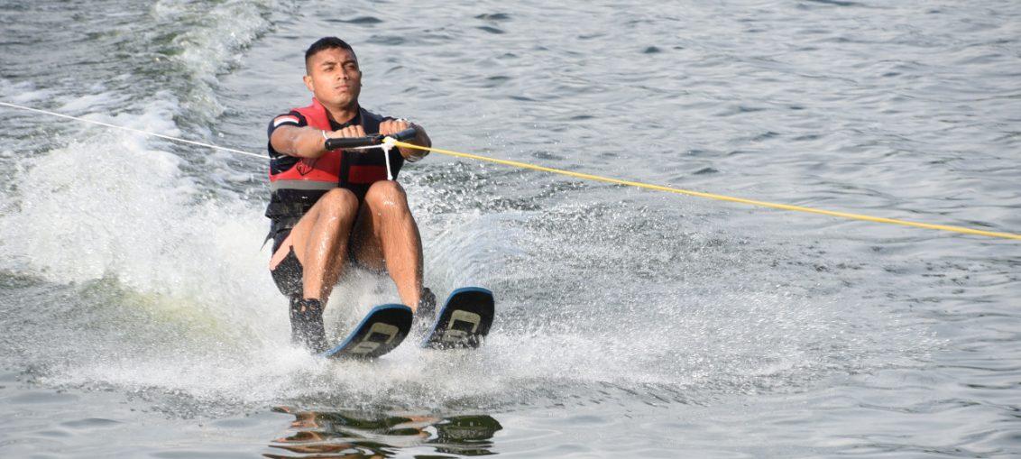 Taruna AAL saat lakukan latihan Ski Air di Puslat Ski Air Pemprov Jatim, Telaga Ngipik Gresik
