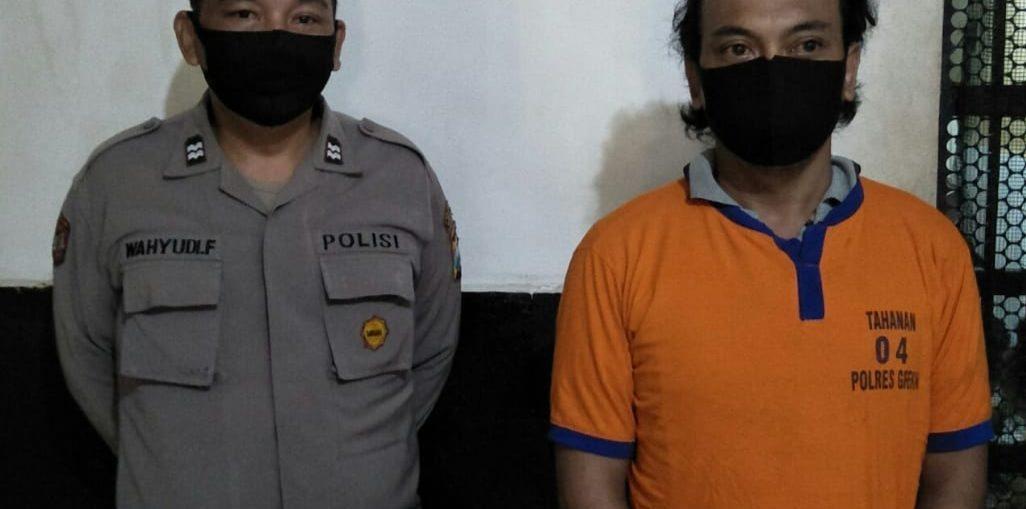 Tersangka CA tukang parkir asal Desa Kemangsen Kecamatan Balong Bendo Sidoarjo saat diamankan Sat Narkoba Polres Gresik