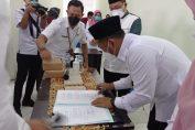 Bupati Gresik saat melakukan menandatangani Peraturan Bupati nomer 23 tahun 2020 di Panti Rehabilitasi Gelora Joko Samudro