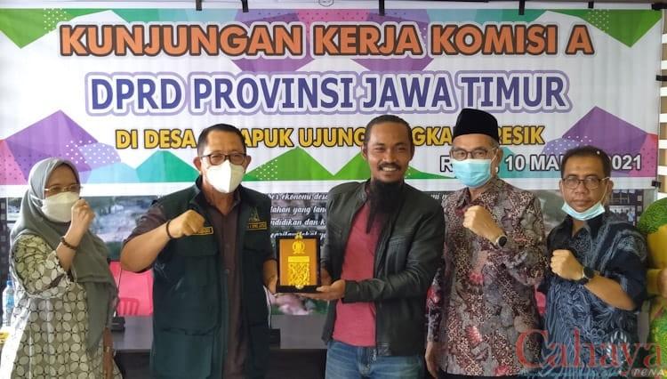 Rombongan Komisi A DPRD Jawa Timur saat melakukan kunjungan kerja ke Pemdes Sekapuk dan wisata Setigi.