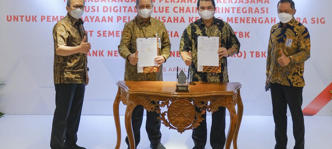 Direktur Utama SIG dan BNI saat melakukan Penandatanganan Perjanjian Kerja Sama Solusi Digital Value Chain untuk Pembiayaan Distributor Mitra SIG
