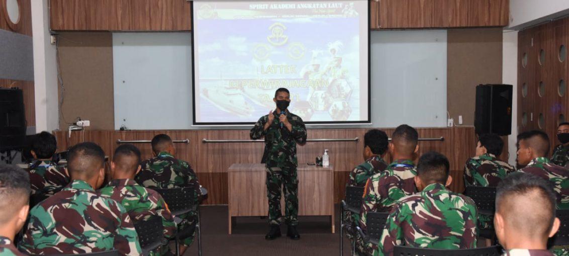 Kepala Departemen Pelaut AAL Kolonel Laut Dodi Hermanto saat membuka Latihan Praktek Keperwirajagaan tahun 2021di Gedung Bawean, Bumimoro, Surabaya,