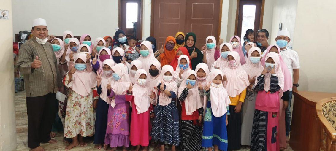 perkumpulan istri KWG bersama pengurus dan anak yatim piatu di Asrama Yayasan Putri Fadilah.