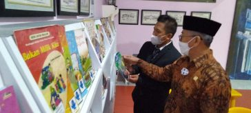 Prof Zainuddin Maliki saat melaunching buku karya siswa dan guru SD Muhammadiyah GKB 1 Gresik