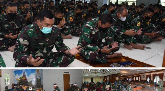 Personel dan Taruna AAL saat melakukan doa bersama sesuai agama masing-masing secara serentak