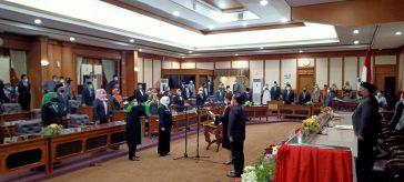 Prosesi Pengambilan sumpah pelantikan Wakil ketua DPRD Gresik Nur Saidah di ruang Paripurna DPRD Gresik.