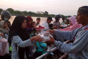 Bumdes Desa Randuboto saat bagikan takjil kepada nelayan di atas kapal pesiar