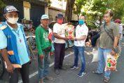 Ketua KWG M.Syuhud Almanfuluty (kanan) saat membagikan zakat kepada warga kurang beruntung.