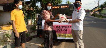 Achmad Ubaidi Anggota DPRD Gresik Fraksi Gerindra saat melakukan penyerahan bantuan sembako ke perwakilan Ketua Rt