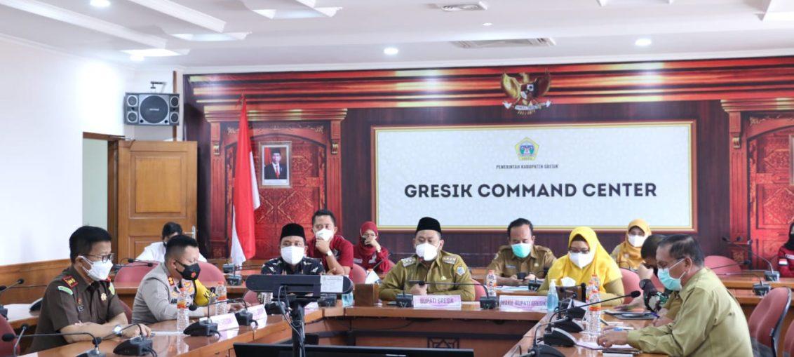 Bupati Gresik saat pimpin rapat evaluasi PPKM di ruang Graita Eka Praja Pemkab Gresik