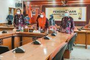Wakil Bupati Gresik Aminatun Habibah saat rapat secara daring dengan KPPA di Ruang Graita Eka Praja Kantor Bupati Gresik