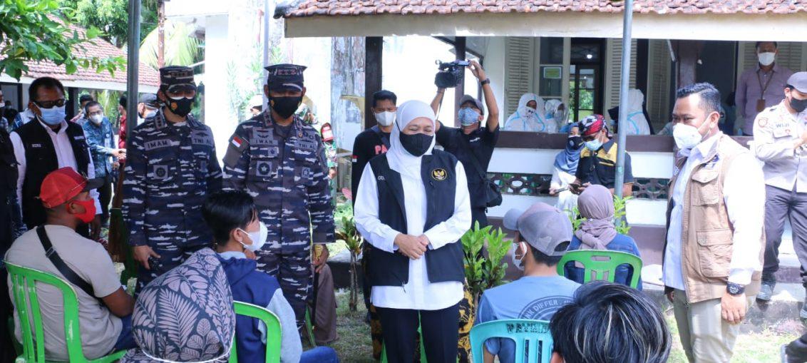 Pangkoarmada II Laksda TNI Iwan Isnurwanto bersama Gubernur Jatim dan Bupati Gresik saat meninjau pelaksanaan vaksinasi di Pulau Bawean