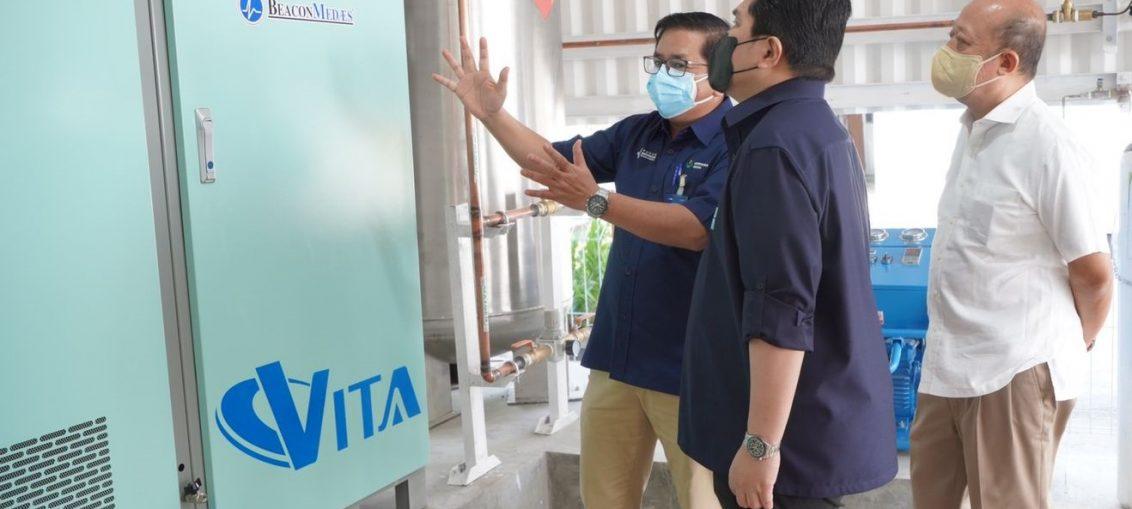 Dirut PG, Dwi Satriyo Annurogo, Menteri BUMN, Erick Thohir, dan Dirut PI, Bakir Pasaman (ki-ka) saat Meninjau Oksigen Generator di Rumah Sakit
