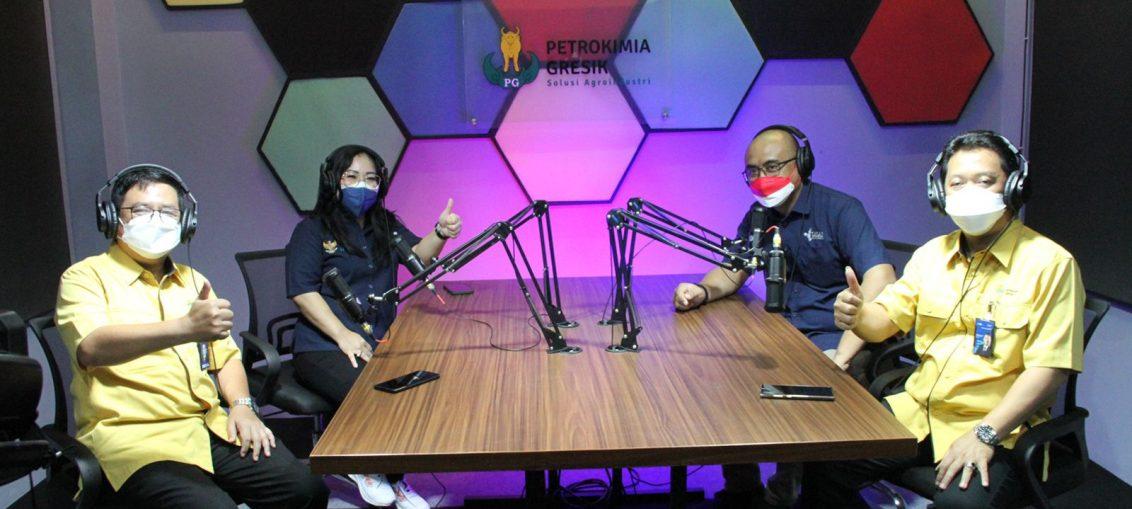 Dirut PG, Dwi Satriyo Annurogo (kiri) dan Asisten Deputi Bidang Industri Pangan dan Pupuk Kementerian BUMN RI, Zuryati Simbolon (kanan) mengunjungi ruang podcast yang ada di Diklat Learning Center