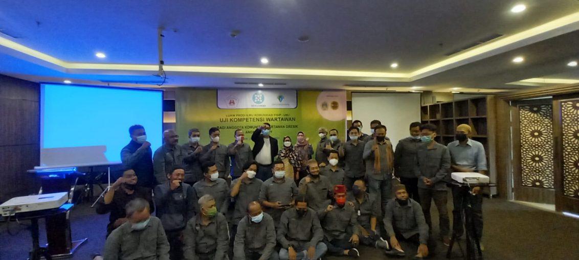 Foto bersama peserta UKW, Perwakilan PT Smelting dan panitia di Hotel Horison GKB