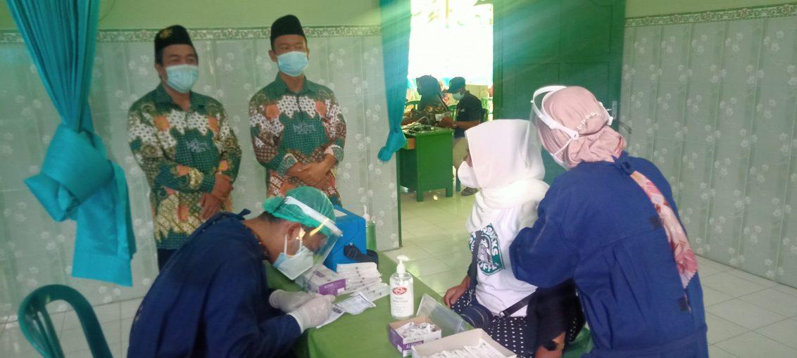 Ketua Tanfidziah MWC NU Ujungpangkah Nafisul Athok saat meninjau pelaksanaan vaksinasi di Klinik Kesehatan MWC NU Ujungpangkah