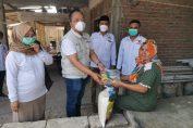 Ketua DPC Gerindra Gresik saat menyerahkan bantuan kepada korban kebakaran